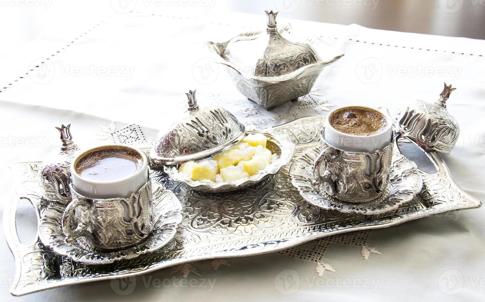 turkiskt kaffe med glädje och traditionell silver serveringssats foto