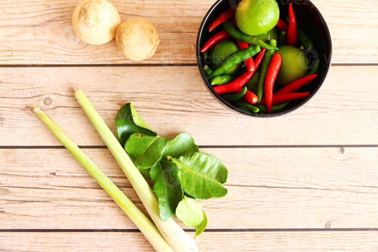 thailändska tom yam soppa örter och kryddor foto