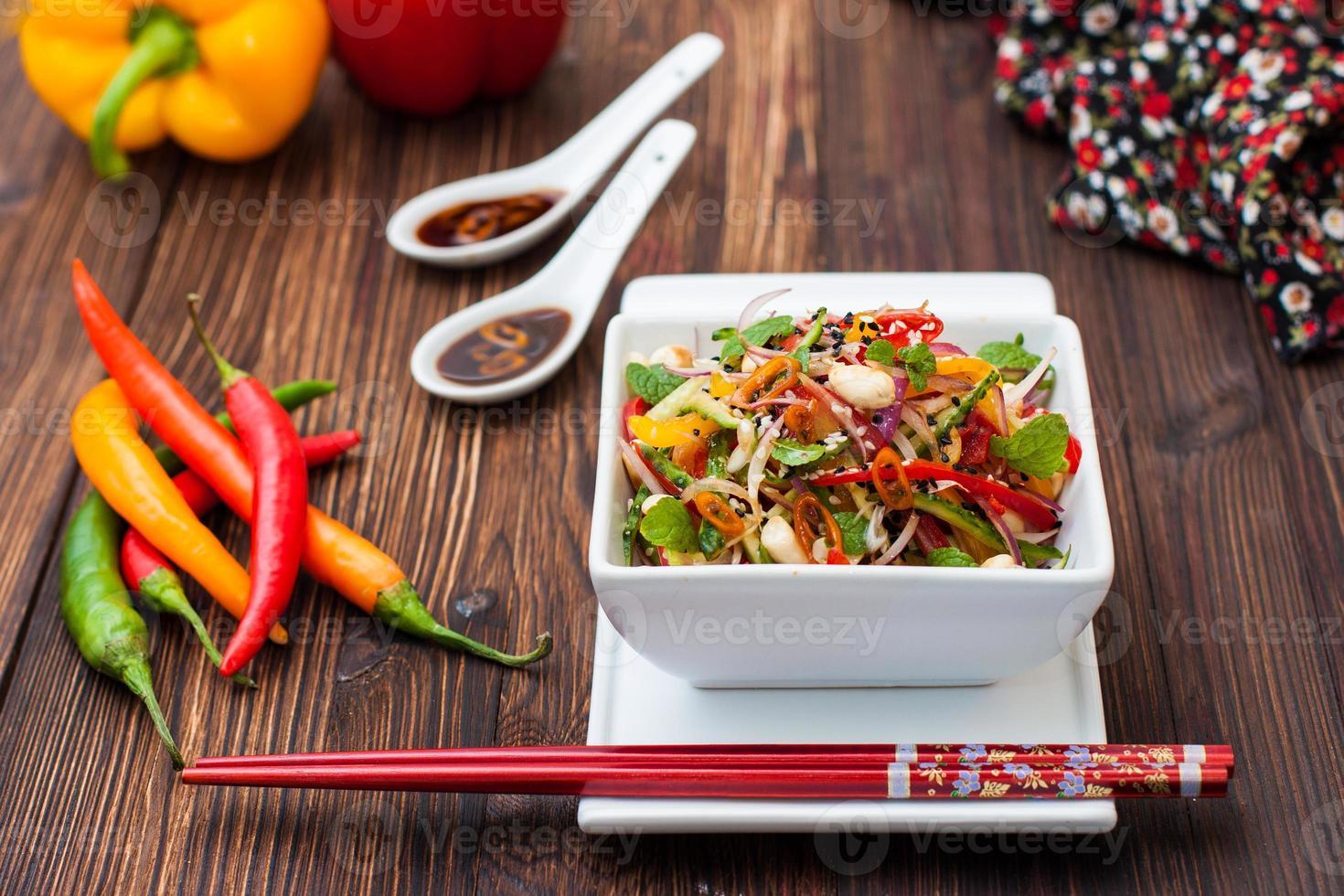 thailändsk sallad med paprika, jordnötter och gurka foto