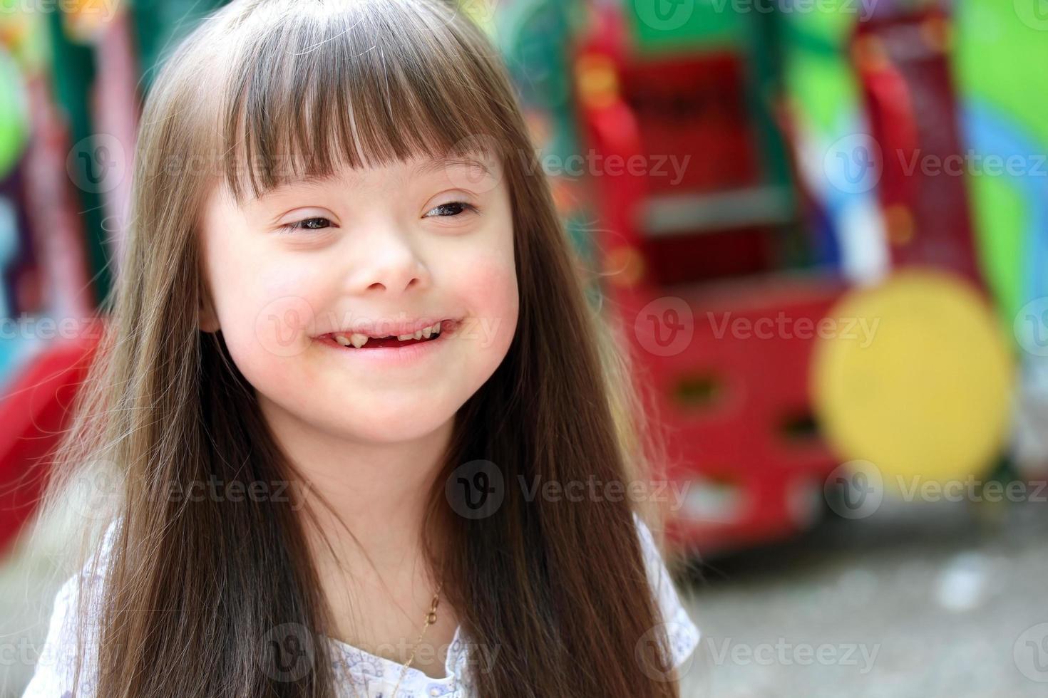 porträtt av en liten flicka med downs syndrom foto