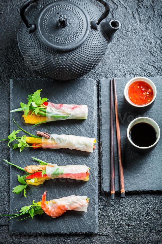 vårrullar med skaldjur och grönsaker foto