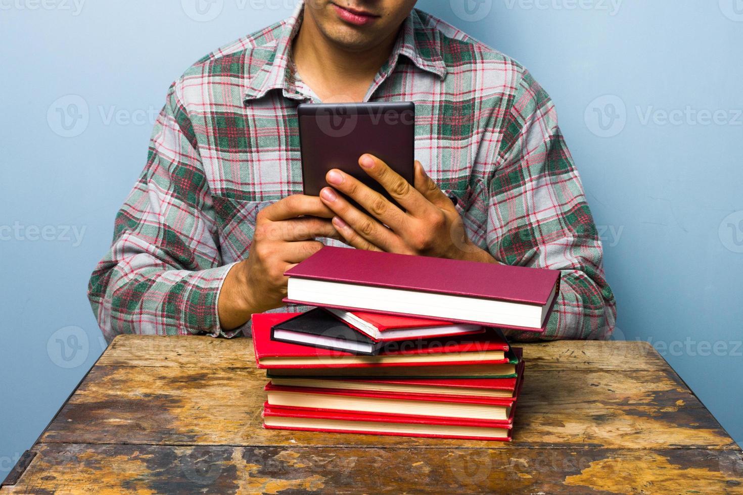 ung man läser på en digital läsare foto