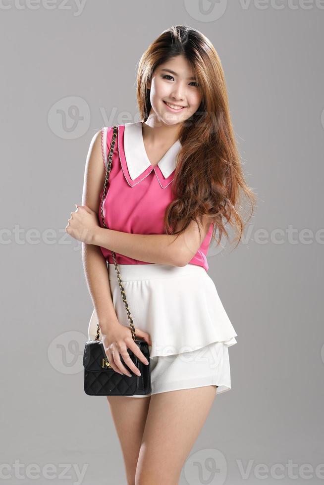 asiatisk kvinna rosa ärmlösa dubbel-lager krage-tank toppar, vita dubbel-lager flutter skort foto