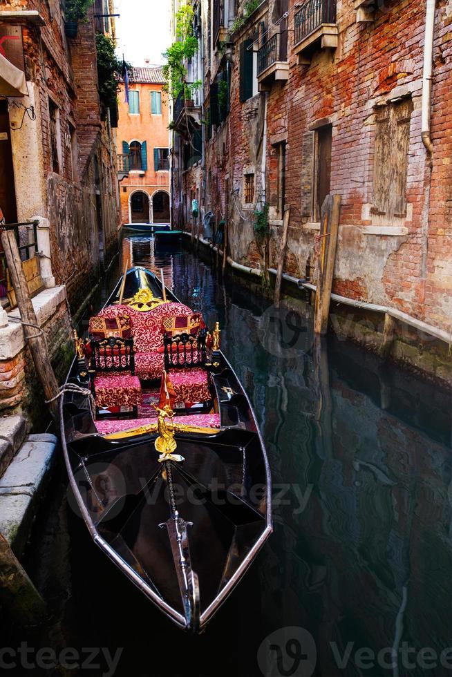 vacker gondolbåt i kanalen i Venedig Italien. foto