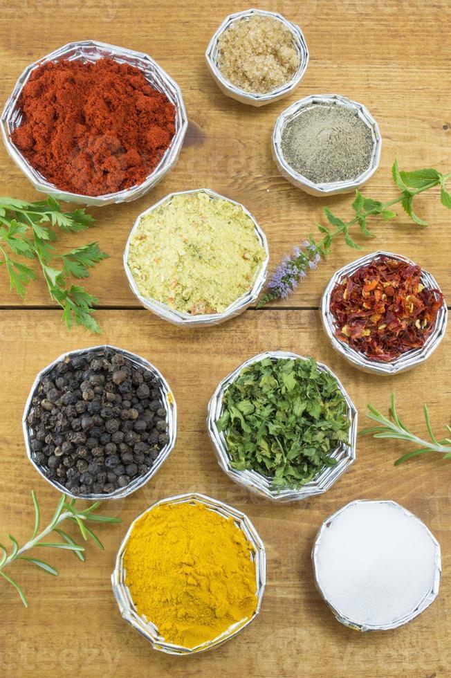 olika kryddor i blanka skålar foto