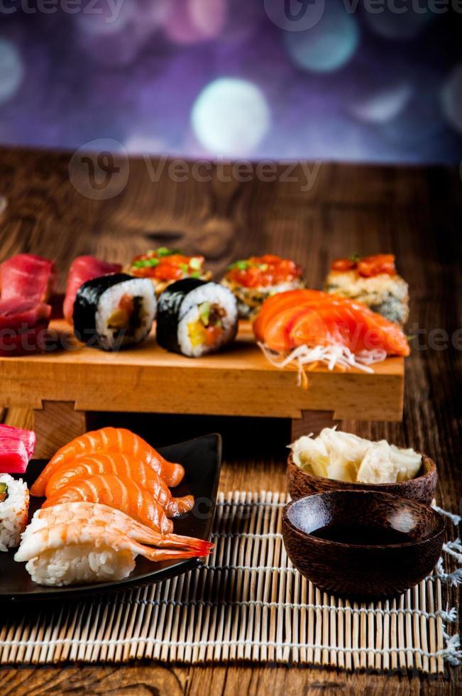 skaldjur, japansk sushi på det gamla träbordet foto