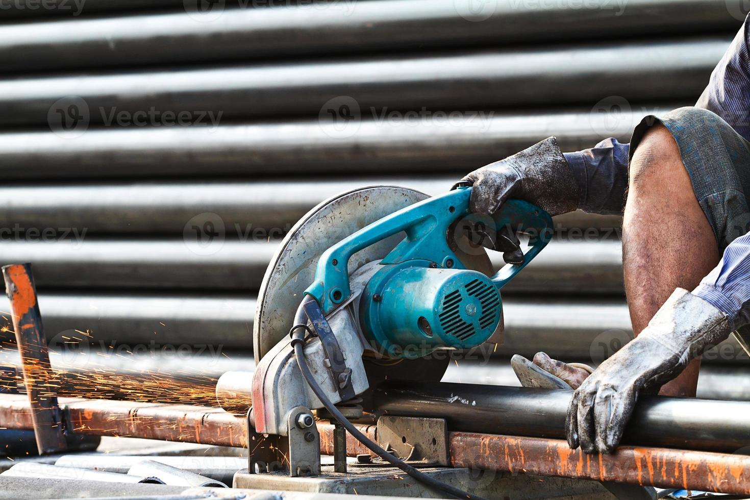 skärande stål med maskin för skärning av stål av arbetare foto