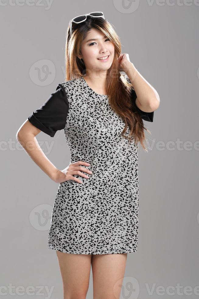 asiatisk kvinna, halvmuff med rund ärmklänning foto