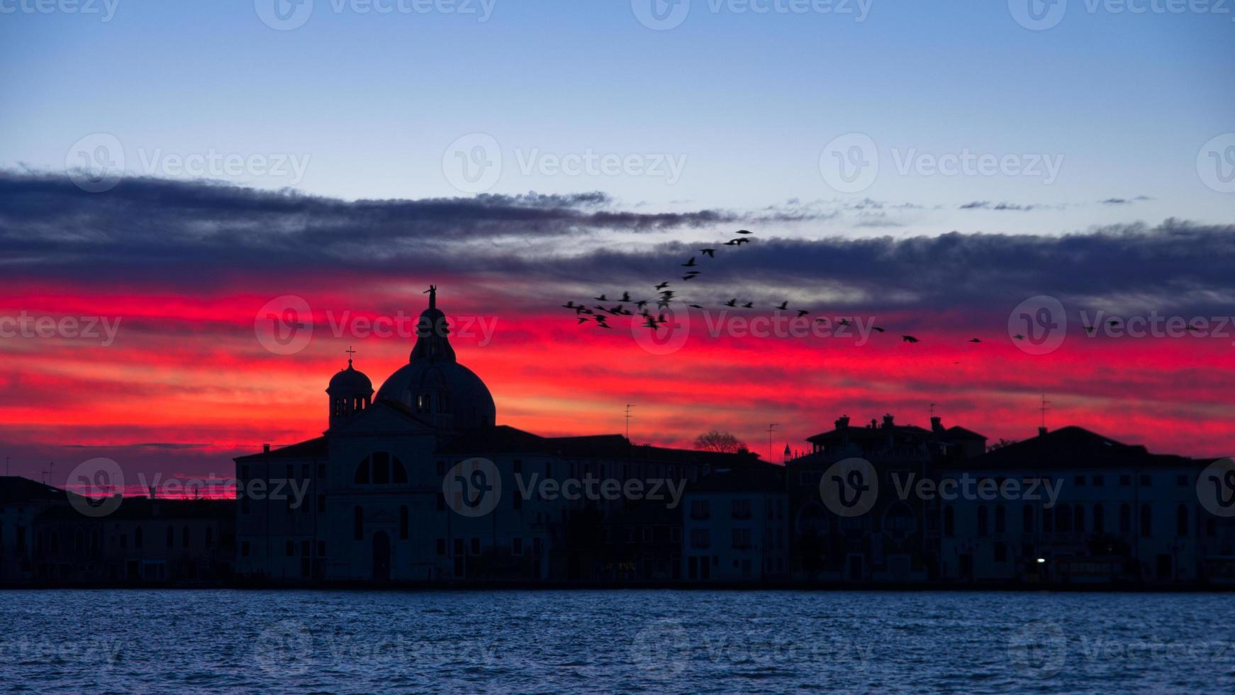 röd himmel vid soluppgång i Venedig nära Grand Canal foto