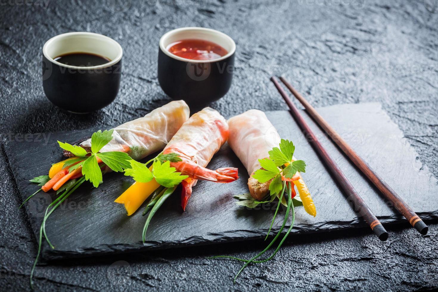vårrullar med grönsaker serverade med sojasås foto