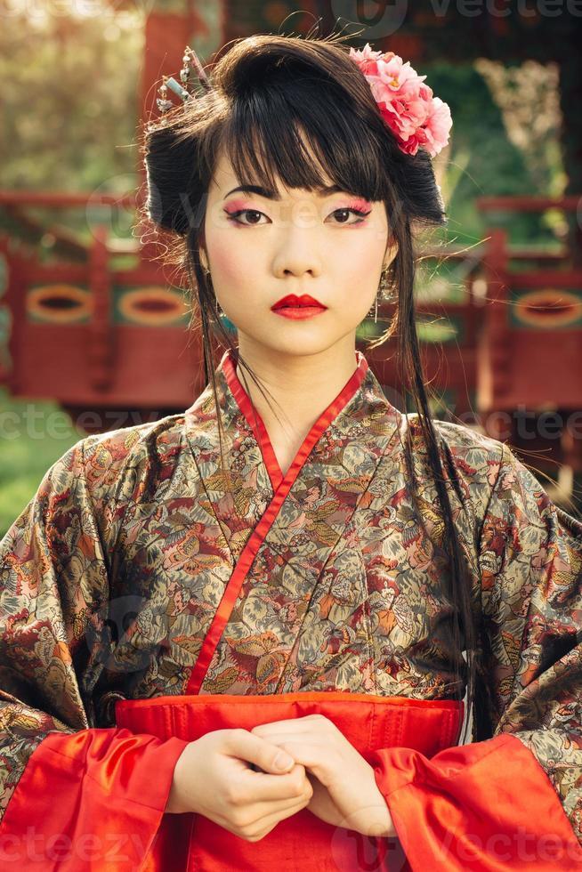 portaite av den vackra asiatiska kvinnan i kimono foto