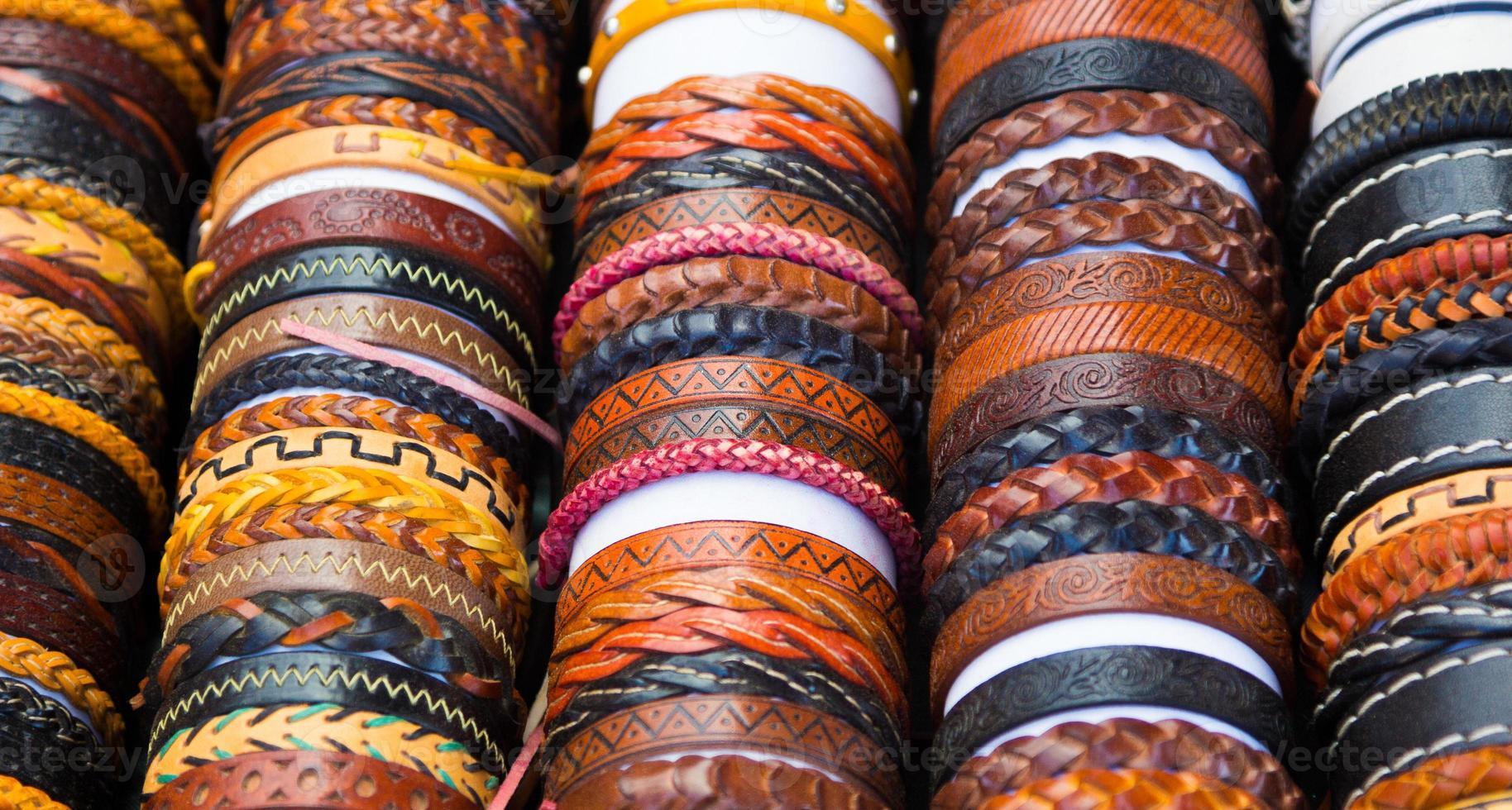 läderarmband med olika former och färger foto