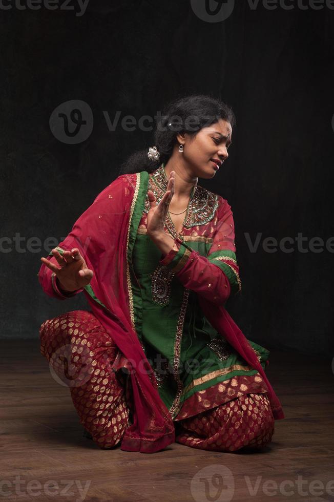 vacker dam i traditionell dräkt foto