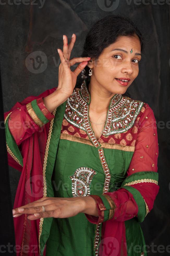 vacker kvinna i traditionell dräkt foto