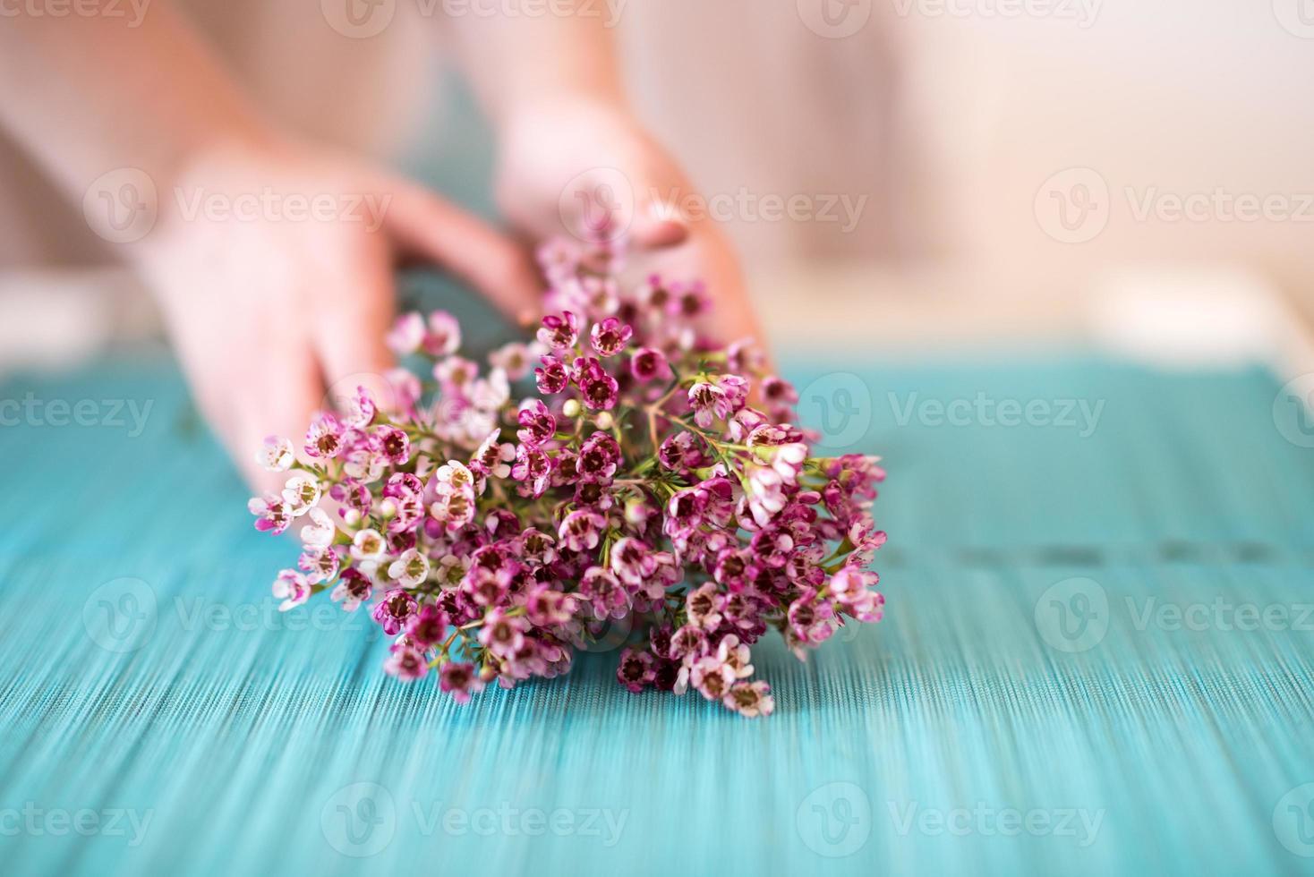 blomsterhandlare gör vaxblommor bukett foto