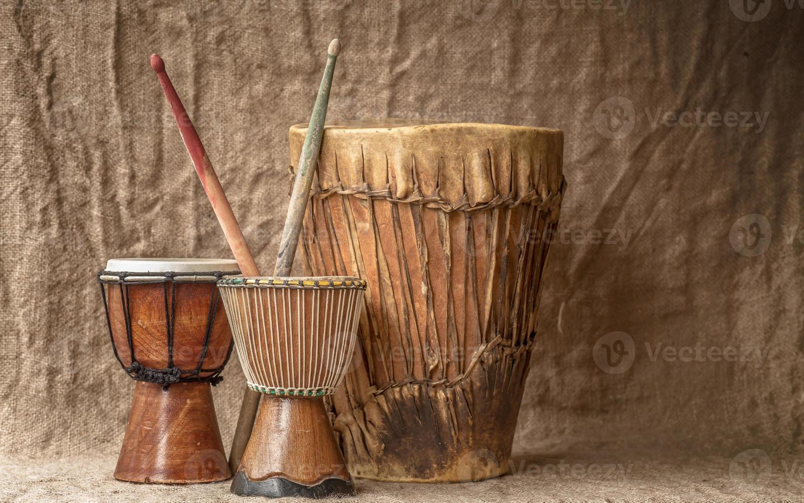 träd djembe trummor foto