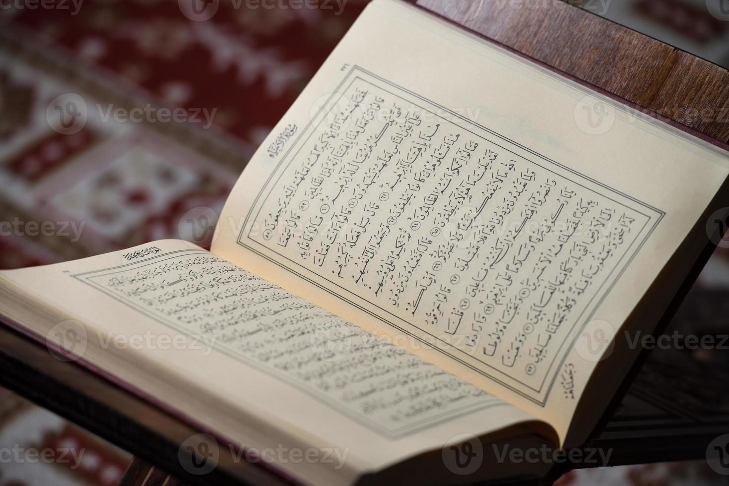 koran helig bok av muslimer i moskén foto
