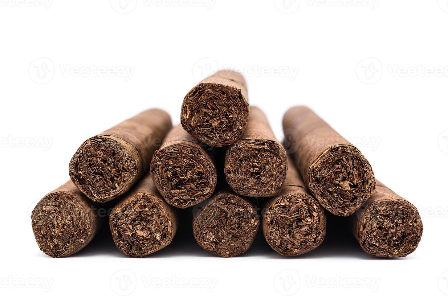 hög med cigarrer på vitt foto