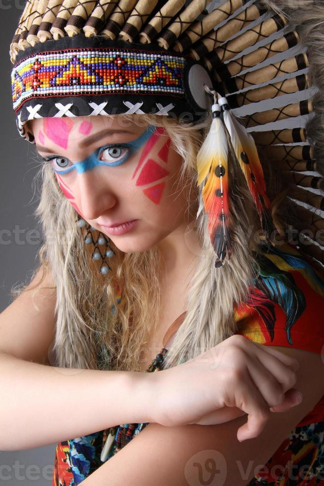 porträtt av en flicka i bilden av den inhemska amerikanen foto