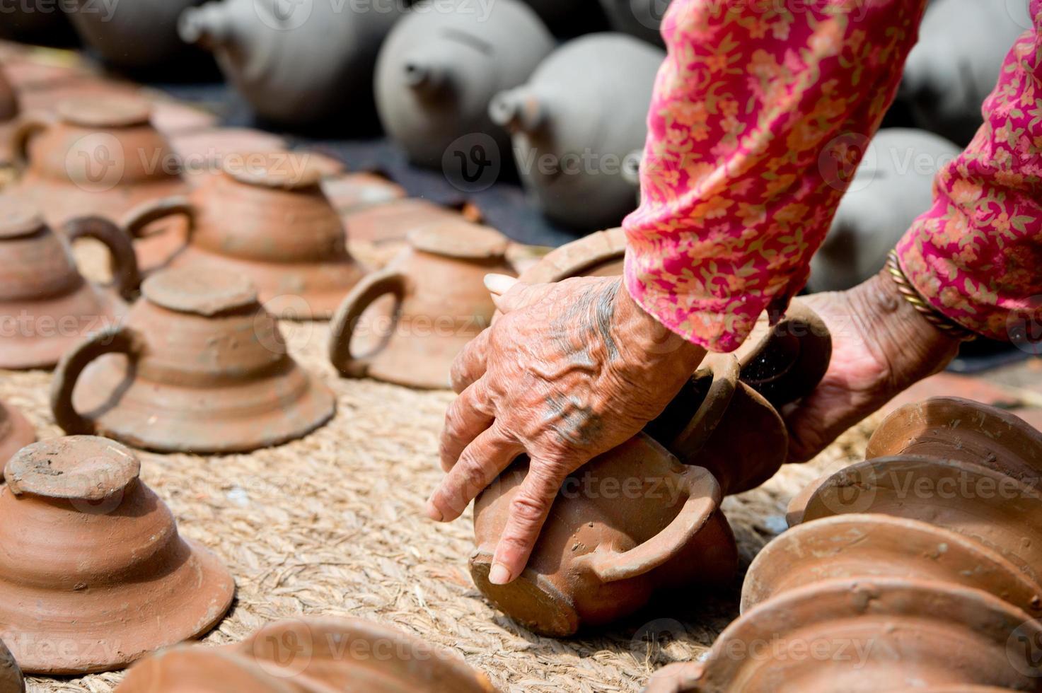 människor som tillverkar keramik på bhaktapur-torget i Nepal foto