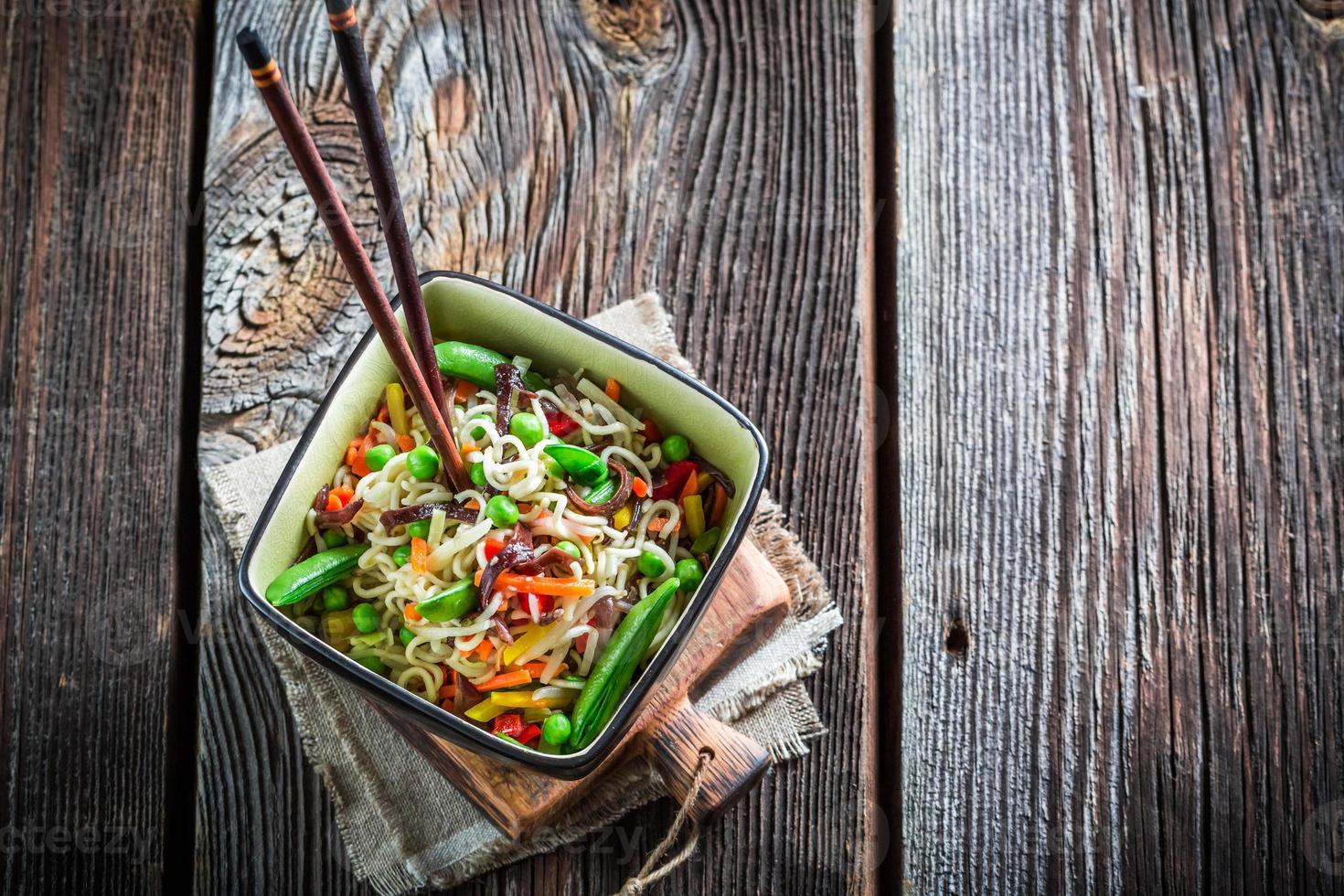 kinesiska nudlar och grönsaker foto
