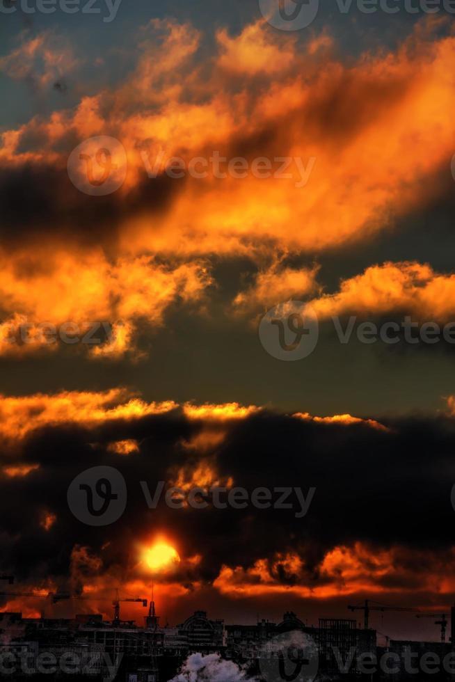 röd gryning. stad. foto