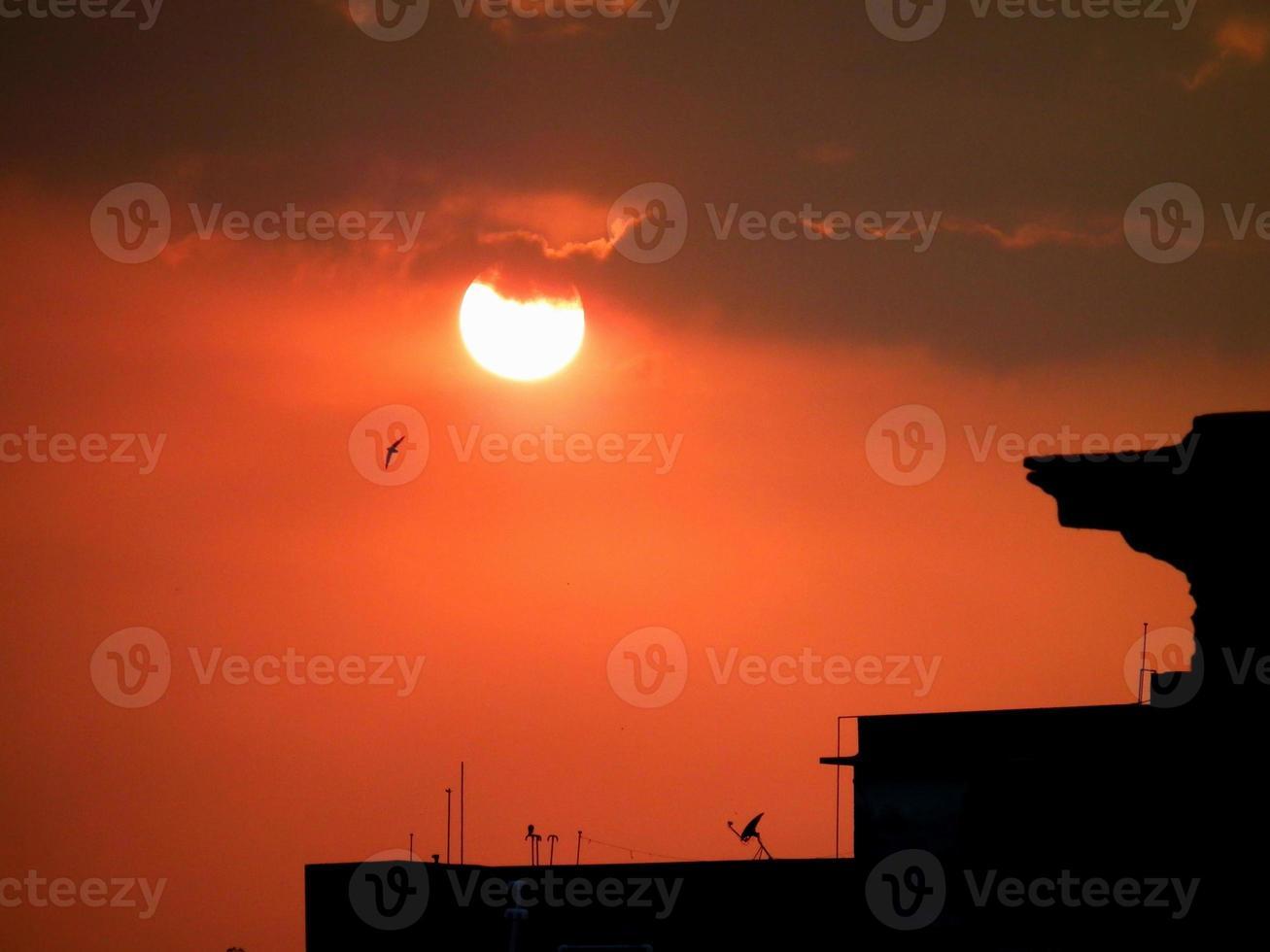 orange himmel i skymningen foto