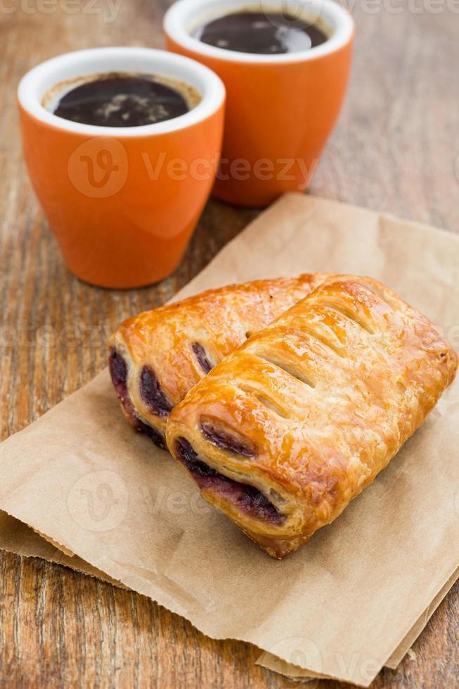 frukost med bullar sylt och två koppar kaffe foto