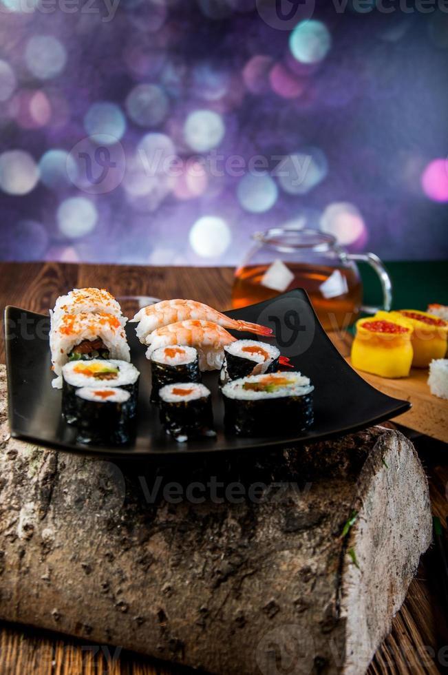 hälsosam och välsmakande japansk sushi med skaldjur foto