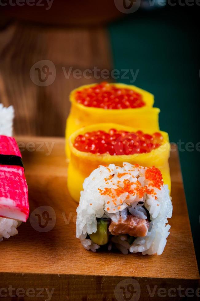 färsk och välsmakande orientalisk sushi, japansk tema foto