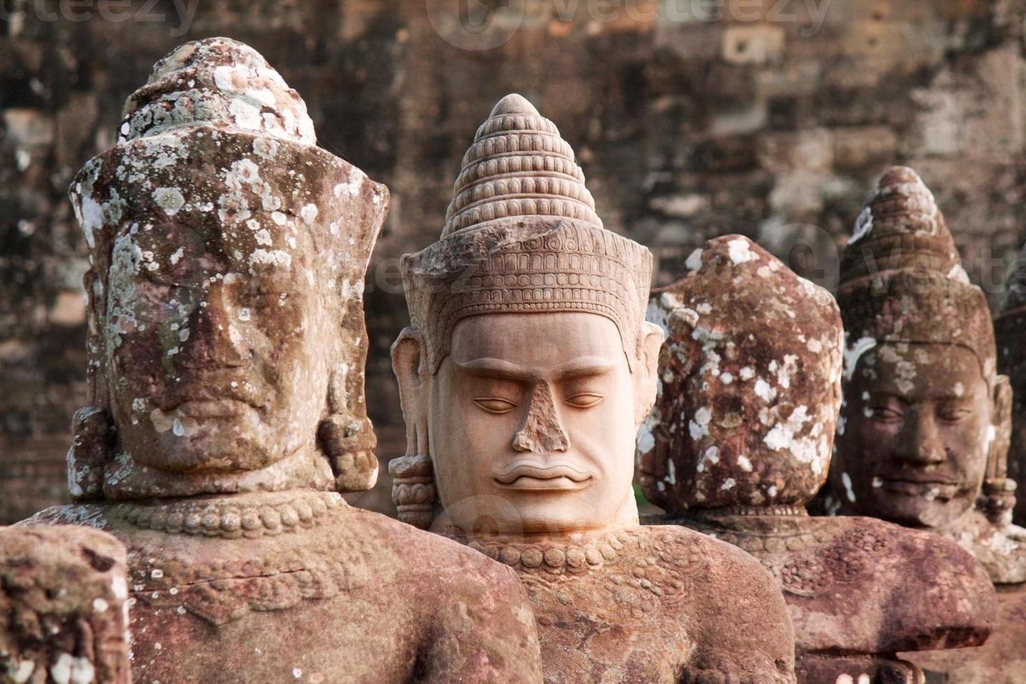 forntida huvuden av hinduiska gudar i Angkor foto
