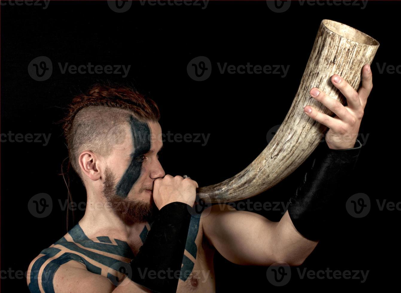 viking med horn foto