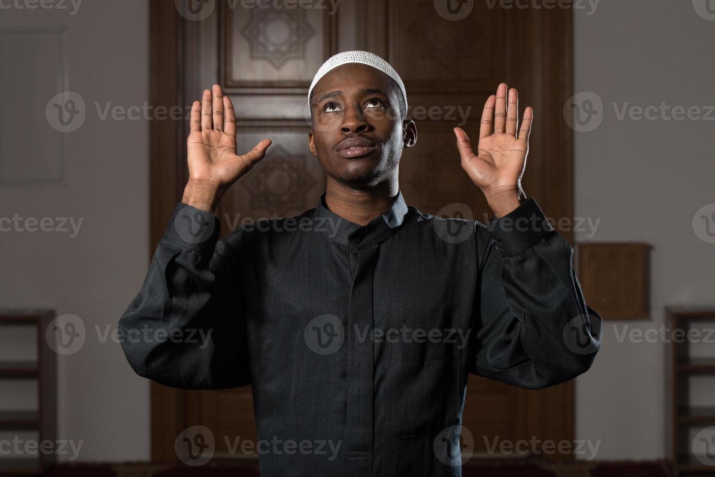 afrikansk muslim som ber i moskén foto