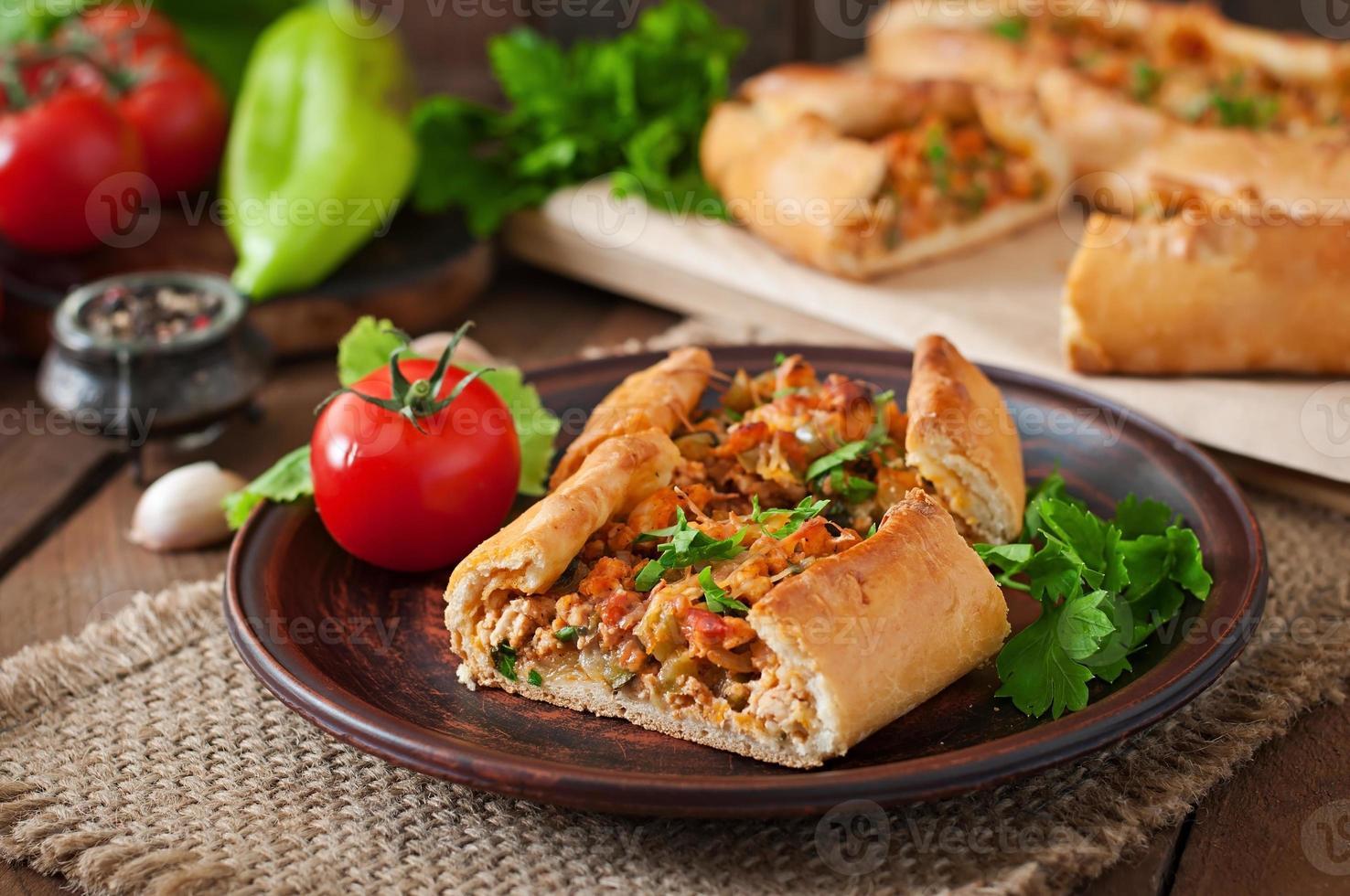 traditionell turkisk pide mat med nötkött och grönsaker foto