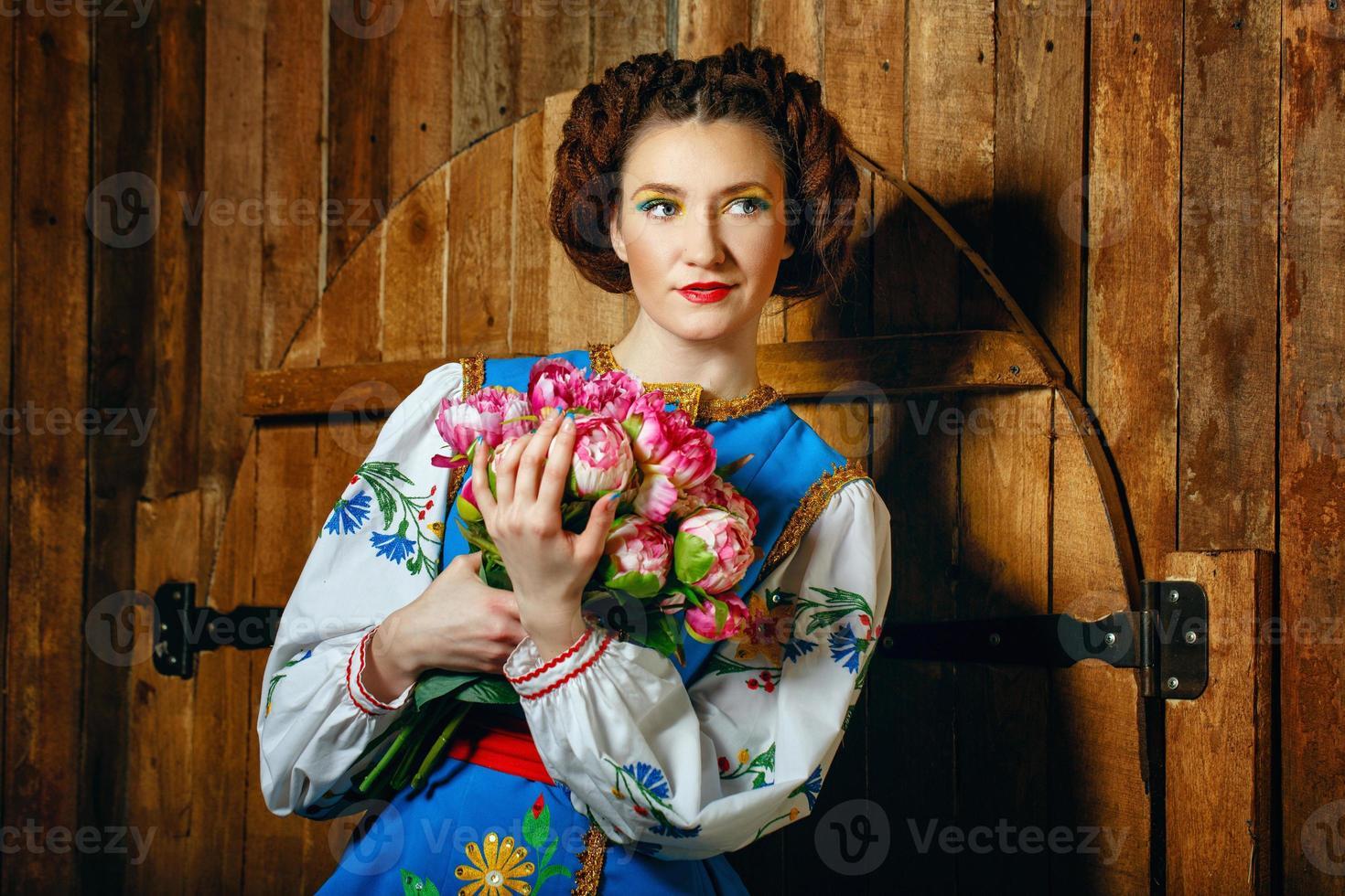 tjej i nationell klänning foto
