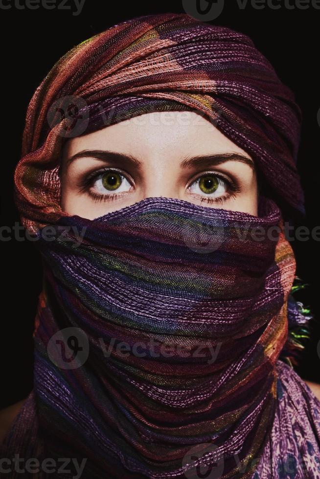 porträtt av vacker grönögad kvinna i hijab foto