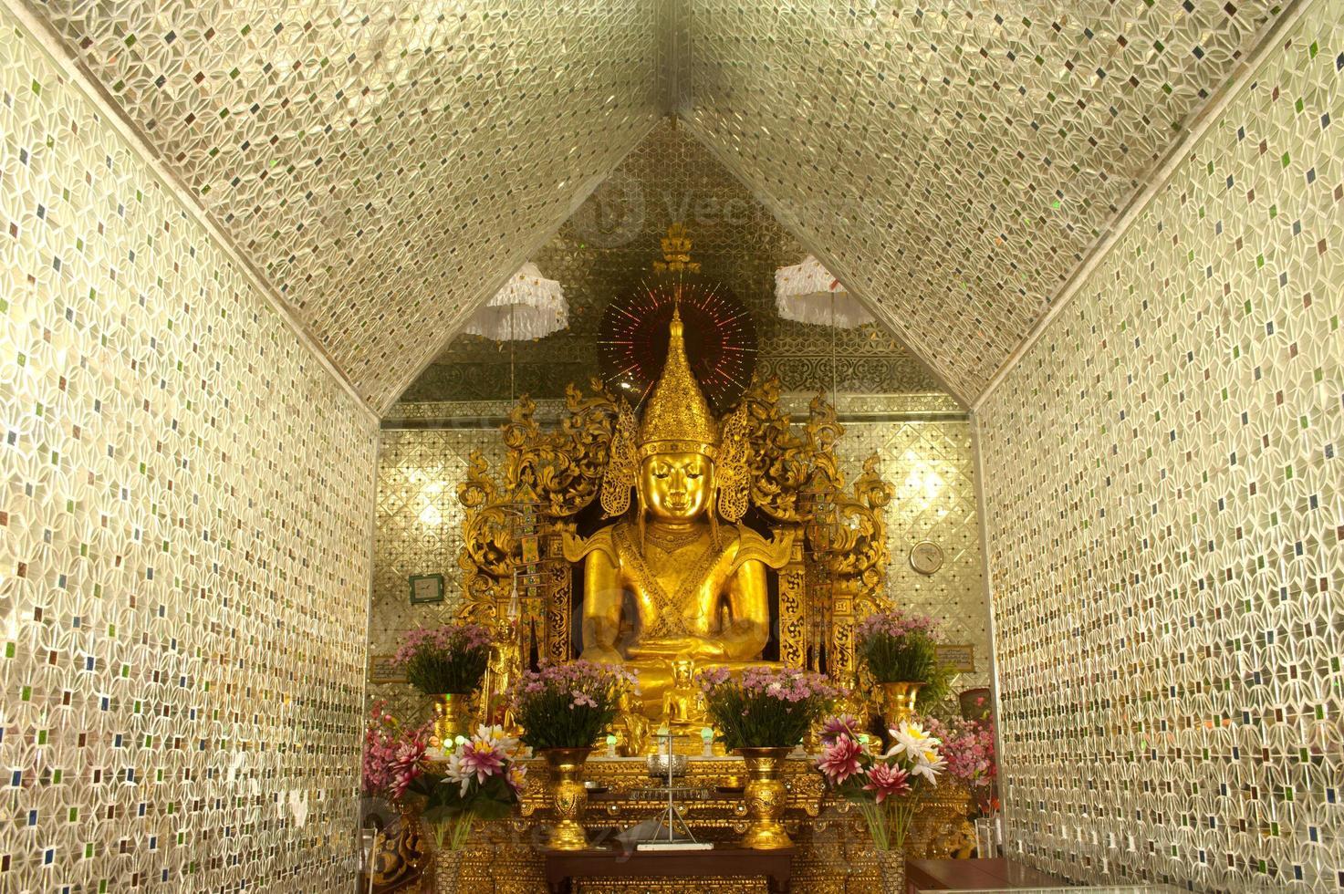 gyllene buddha på pagoden i sanda muni paya, myanmar. foto