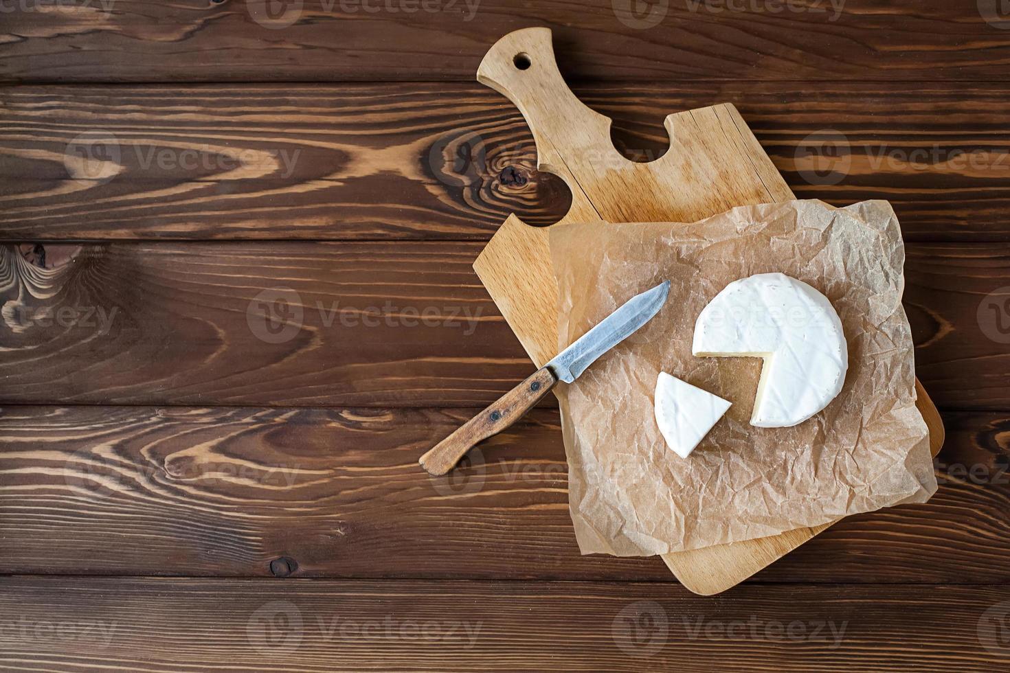 bit av camembert med kniv foto