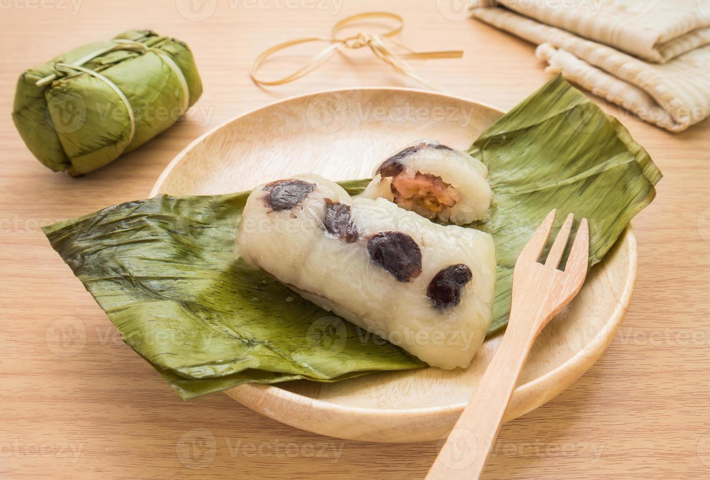 thailändsk efterrätt, ångad klibbig ris med banan foto