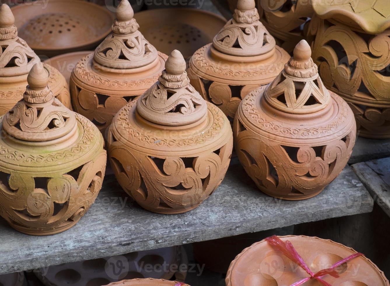lergodsbruna handgjorda lerkrukor foto