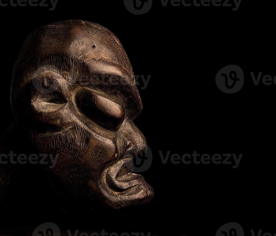 afrikansk mask över svart bakgrund foto