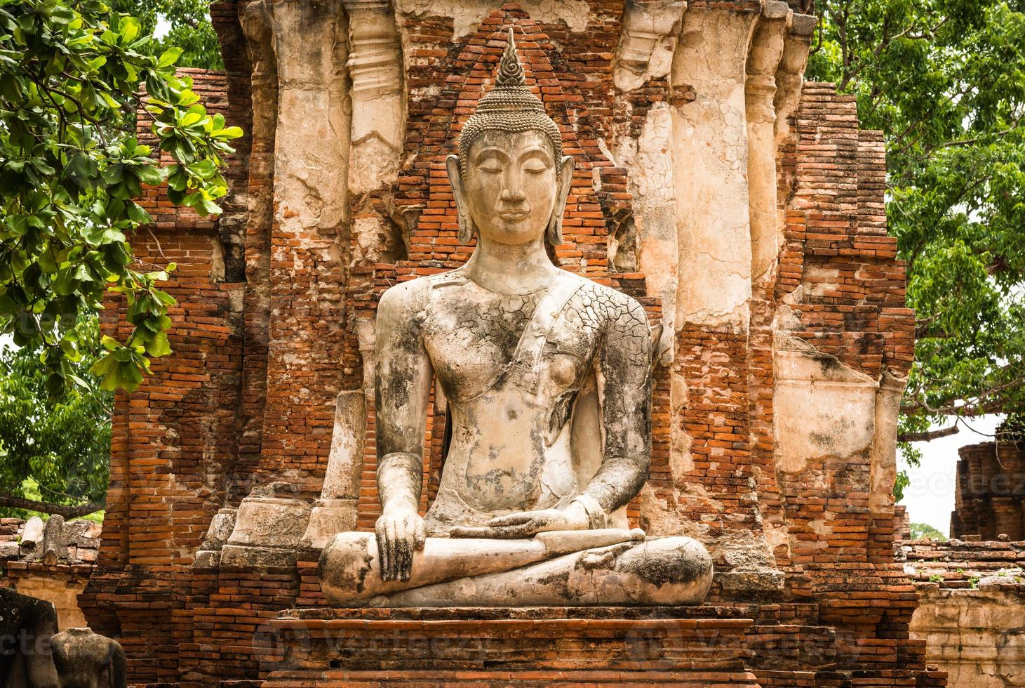 gammal Buddhastaty och gammal tempelarkitektur foto