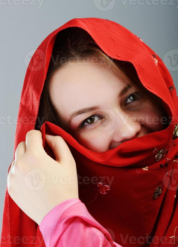 ung vacker muslimsk flickastående foto