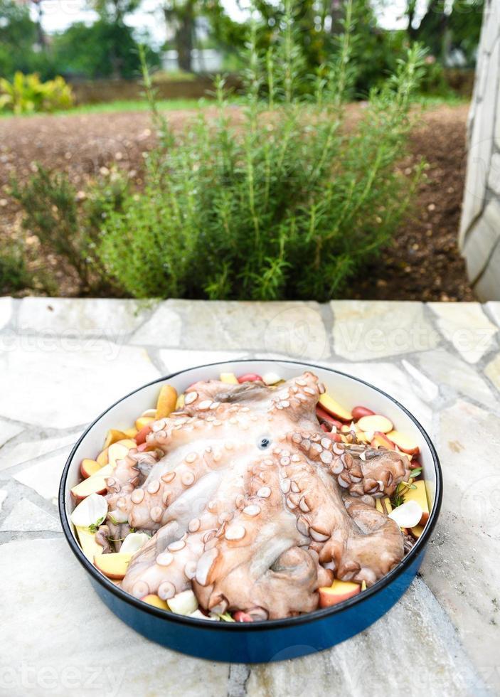 förbereda och laga mat av bläckfisk i traditionell balkansk grekisk med foto
