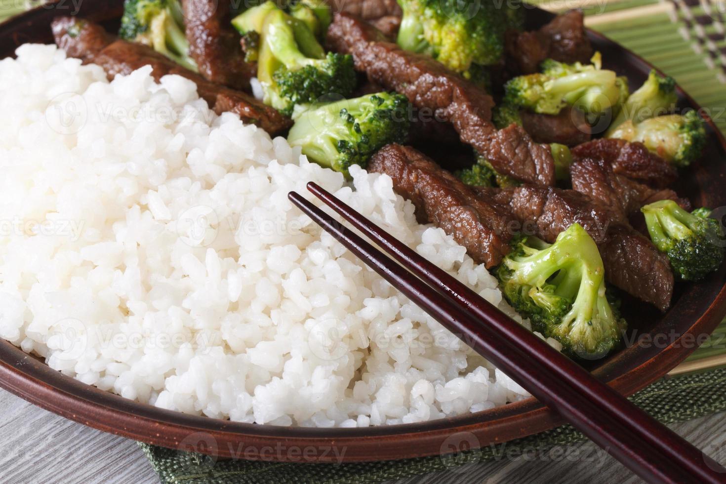 asiatiskt nötkött med broccoli och rismakro. horisontell foto