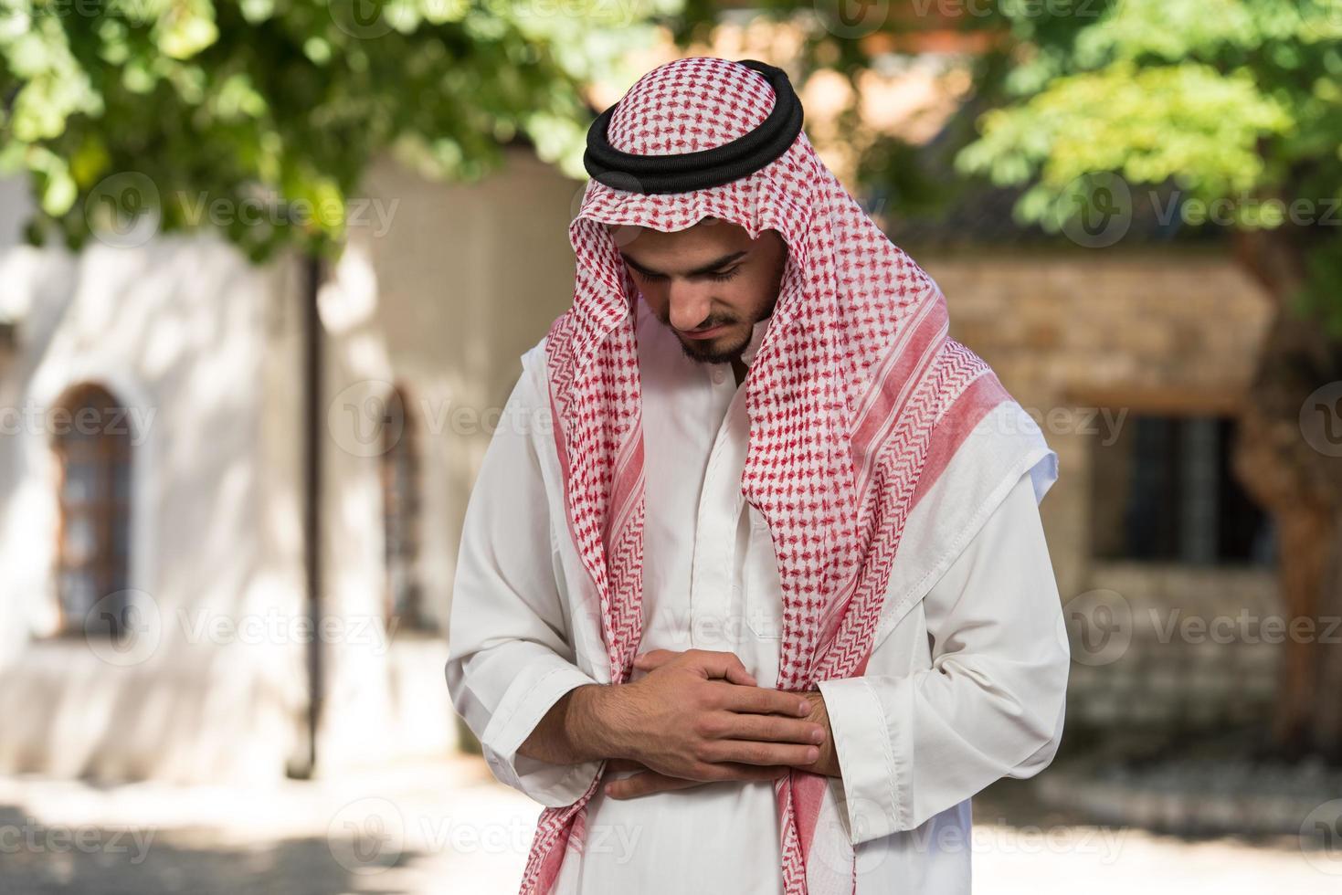 bön vid moskén foto