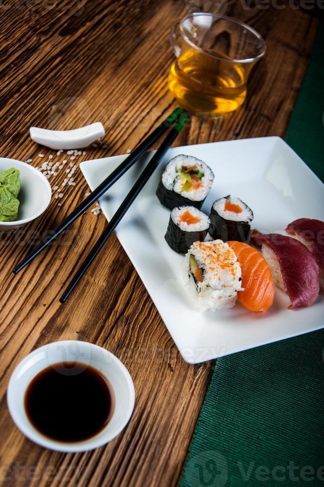 välsmakande, frisk och hälsosam sushiset foto