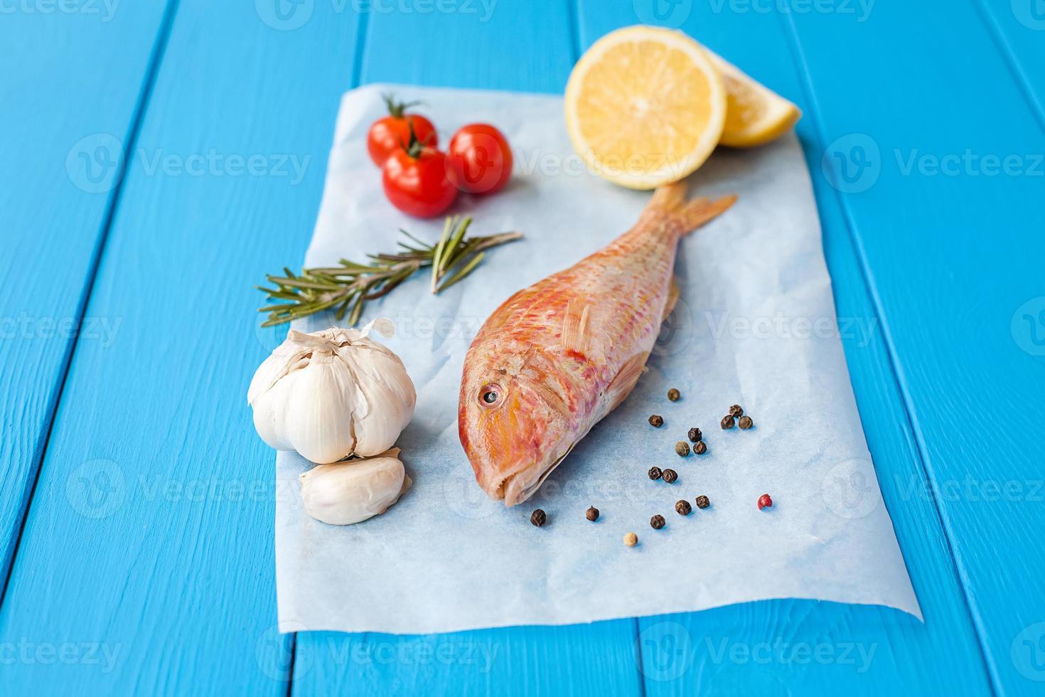 rå röd mullet på pergament före matlagning foto