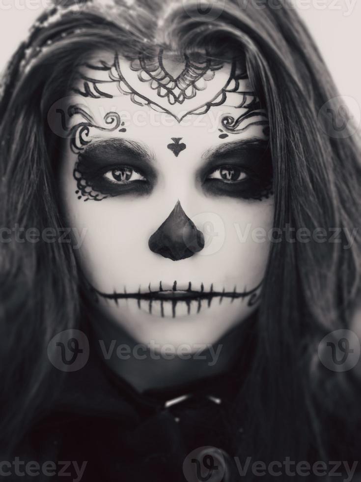 vacker kvinna med halloween socker skalle make-up foto