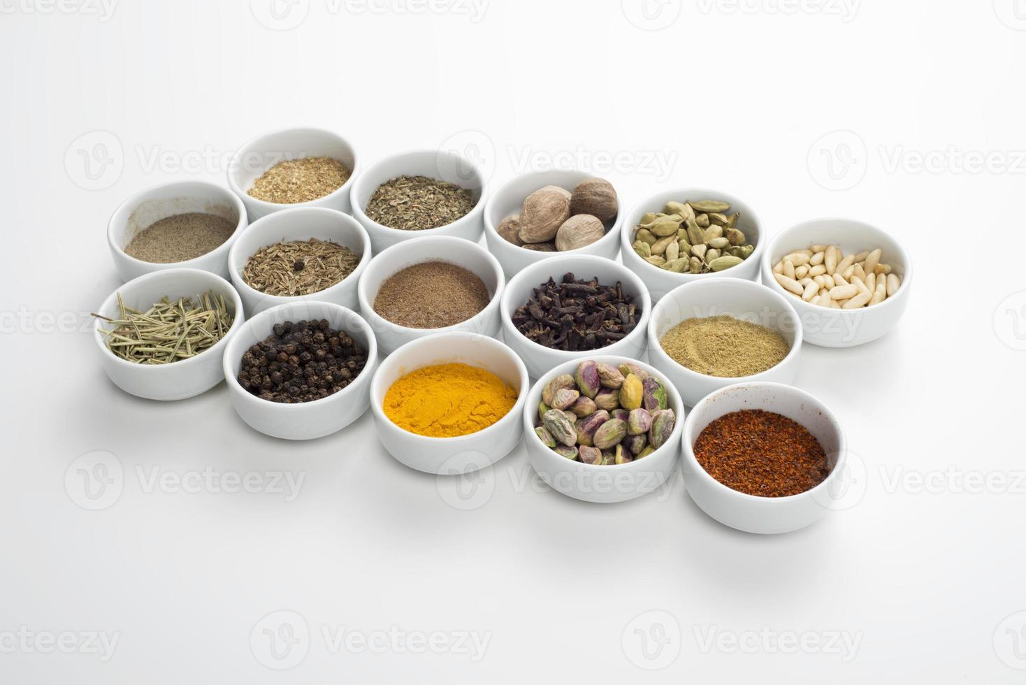 stor samling av olika kryddor och örter isolerade foto